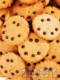 Домашни сладки бисквити с фъстъчено масло и парченца шоколад - снимка на рецептата